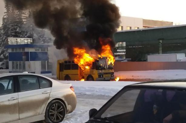 «Самовозгорелся буквально на глазах»: в Уфе вспыхнул пассажирский автобус, очевидцы сняли видео