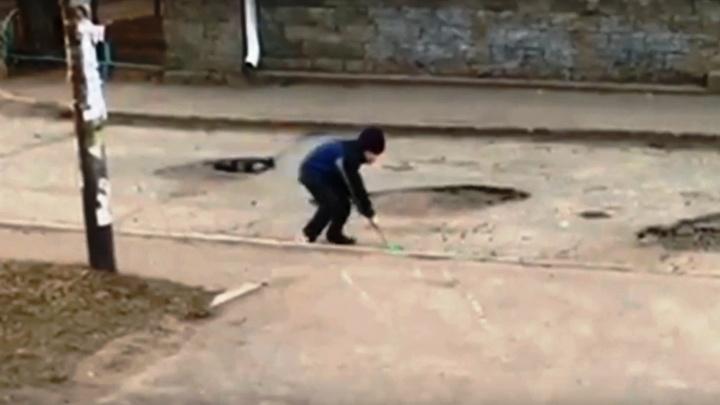 Мэрия позвала на работу мальчика с лопаткой, который засыпал ямы на Маркса