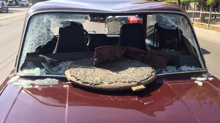 Крышка канализационного люка из-под колёс КамАЗа влетела в салон «Жигулей»