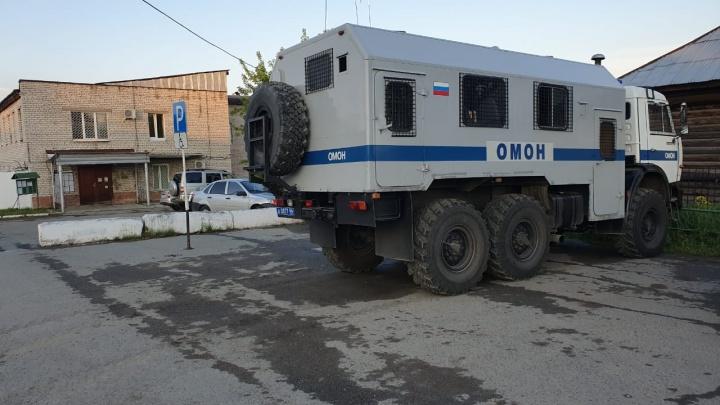В город приехал ОМОН: в Нижних Сергах произошло убийство, родственники требуют отдать им виновного
