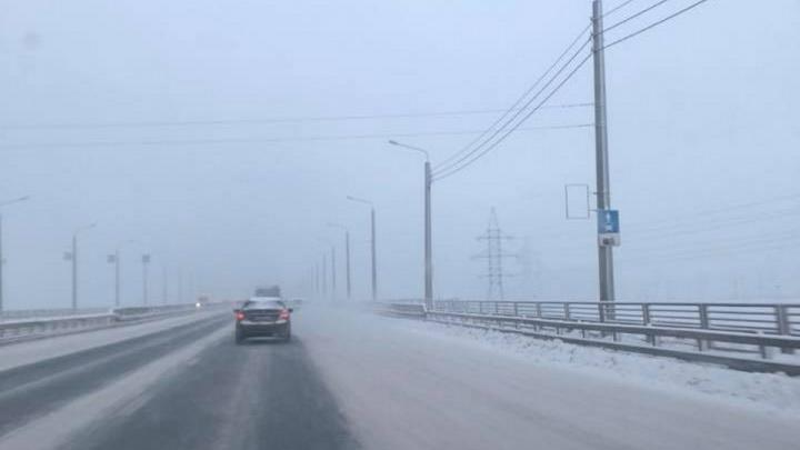 «Выделена для снега и льда»: на четвертом мосту замело полосу для автобусов