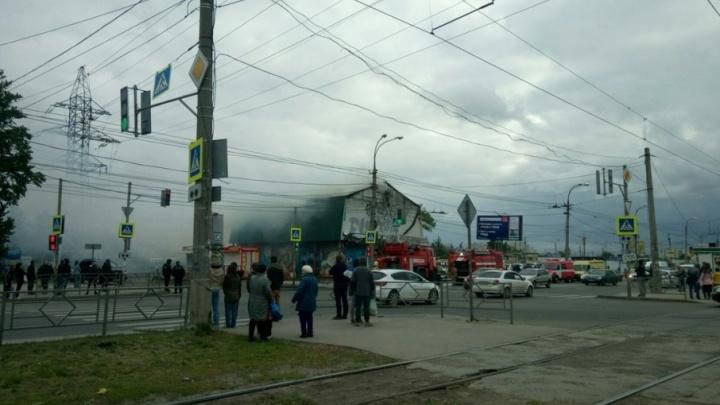 Очевидцы: на Антонова-Овсеенко горел торговый павильон