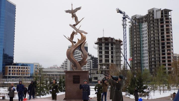 Вместо «Гвоздик» в сквере Победителей установили трогательный памятник с журавлями