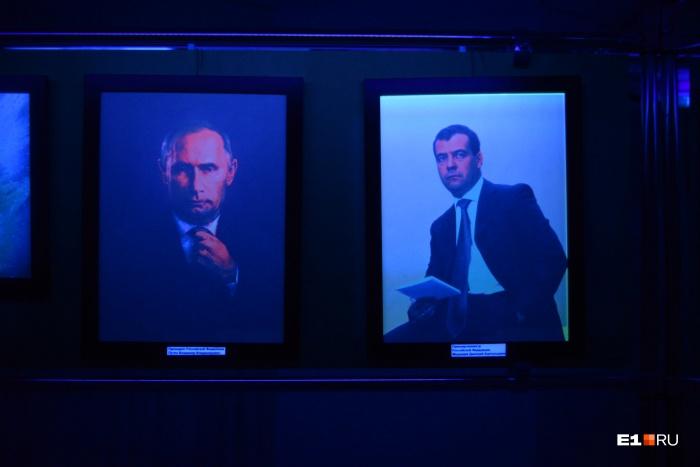 Один из экспонатов — портреты Владимира Путина и Дмитрия Медведева