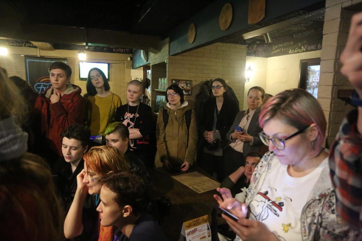 Эвакуированные из Ельцин-центра активисты спокойно перешли в бар и провели собрание там