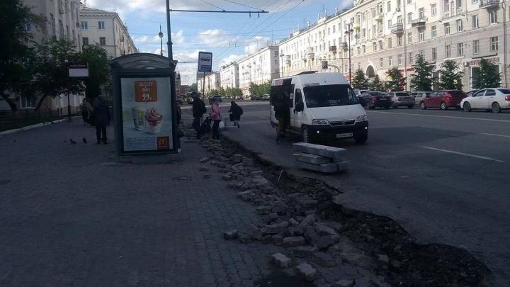 В окопах - 2: на Свердлова пассажирам приходится перепрыгивать траншею, чтобы попасть в автобус