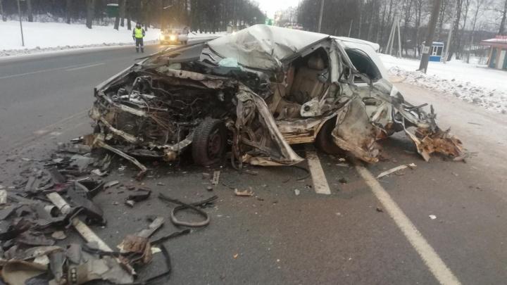 Грузовик смял легковушку на трассе в Ярославской области