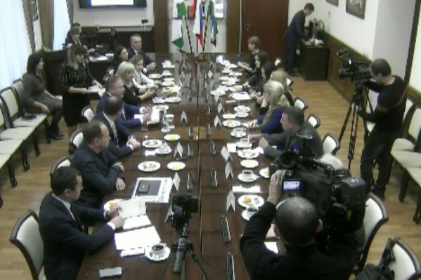 На встречу активистов с чиновниками пригласили журналистов двух телеканалов — городского и республиканского