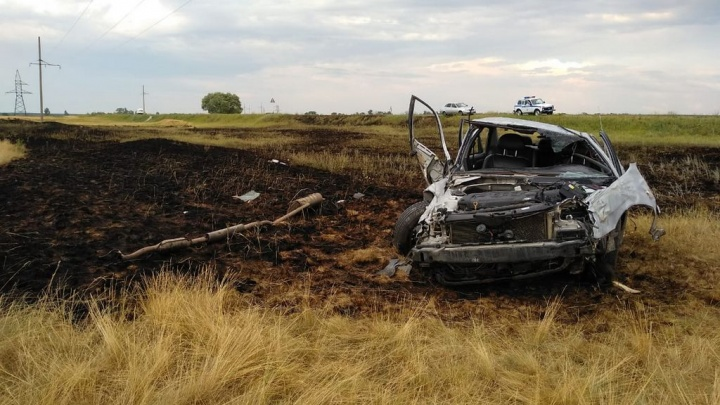 Водитель и пассажирка погибли на месте: в Волгоградской области опрокинулся и загорелсяHyundai