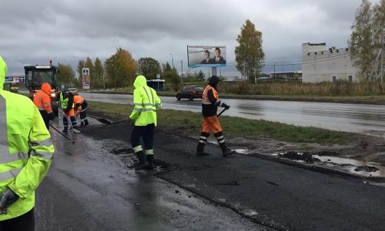 Кинул в лужу — и готово: как в Ярославле тратят деньги миллиардера на ремонт дорог