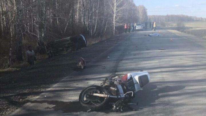 В Челябинской области мотоциклист разбился, опрокинув встречную машину в кювет