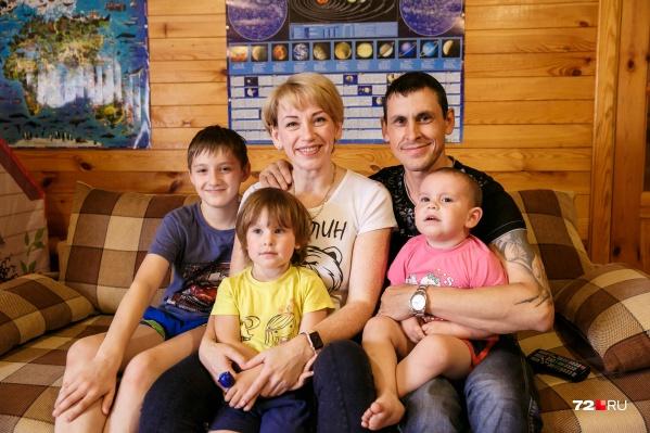 Семья Шулаевых в сборе: супруги Ирина и Дмитрий, двенадцатилетний Егор, четырёхлетняя Лера и двухгодовалый Матвей