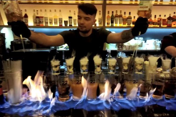 Для создания огненного шоу в баре не пожалели нескольких бутылок крепкого алкоголя
