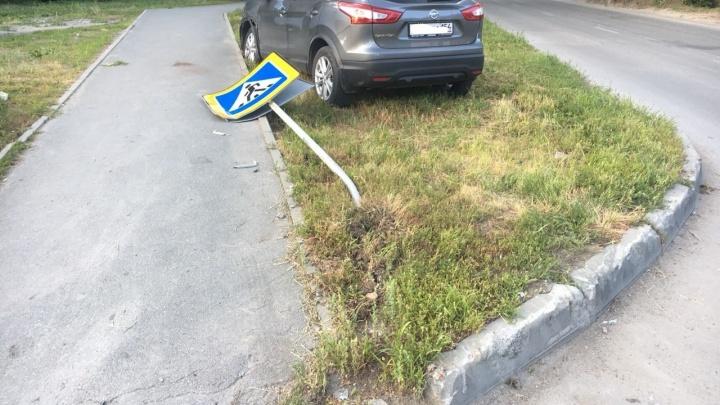 ДТП на Народной: от удара иномарки вылетели на обочину и снесли знак пешеходного перехода (фото)