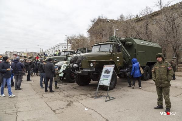 На улице Наумова установят боевые танки, БТР исистему залпового огня «Торнадо-Г»