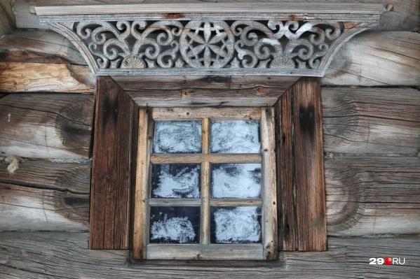 Когда резьба по дереву соседствует с морозной росписью окон