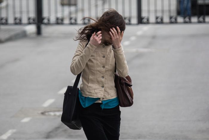 Новосибирцев попросили закрыть форточки из-за сильного ветра