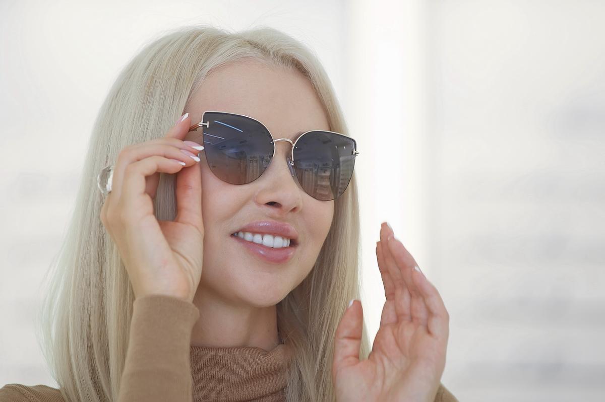На лице с мягкими чертами полуободковые очки от Tom Ford смотрятся особенно нежно