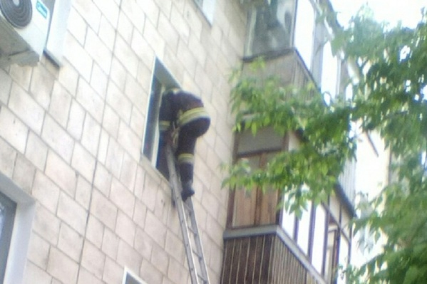 Пожарный по лестнице залез в окно и ликвидировал угрозу