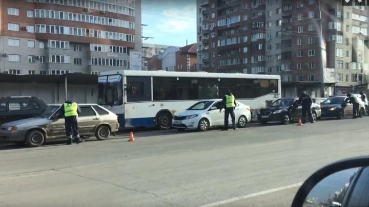 В Омске автоинспекторы собрали пробку, проверяя водителей на трезвость