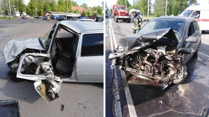 «Место водителя всмятку»: в тройном ДТП в Рыбинске двух водителей увезла медицина катастроф