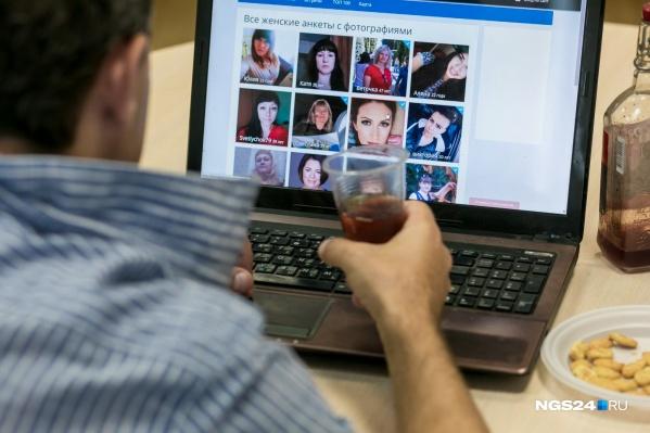 Типичный холостяк проводит вечера за просмотром сайтов знакомств