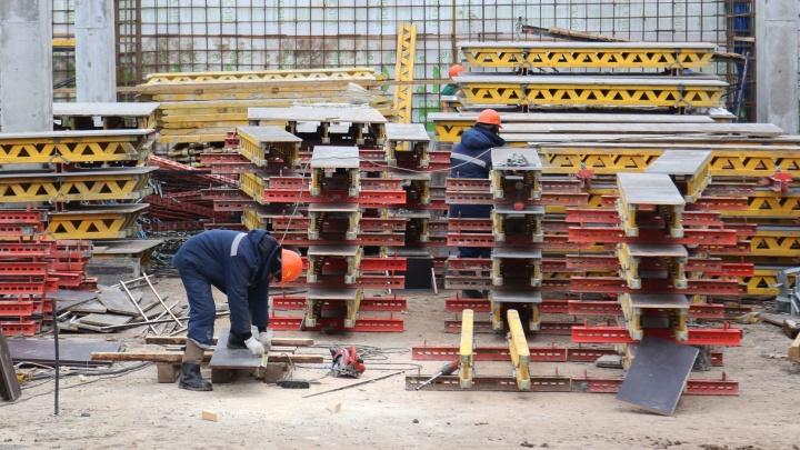 В Салавате на заводе рабочий обходил территорию и сломал ногу