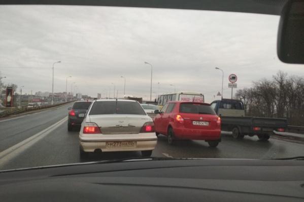 Водители сетуют на большое количество машин