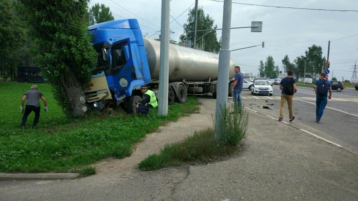 В Ярославле рано утром «Лада» влетела в грузовик: пострадали трое