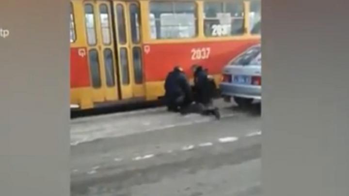 В Уфе прохожие засняли на видео, как мужчина упал на трамвайные пути