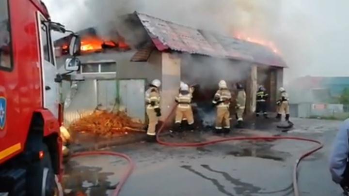 В Самаре сгорел автосервис на улице Дыбенко
