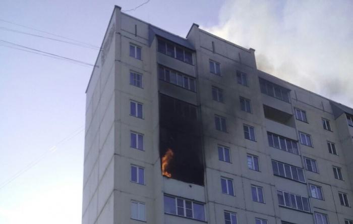 От огня и дыма пострадали лоджии на двух этажах дома