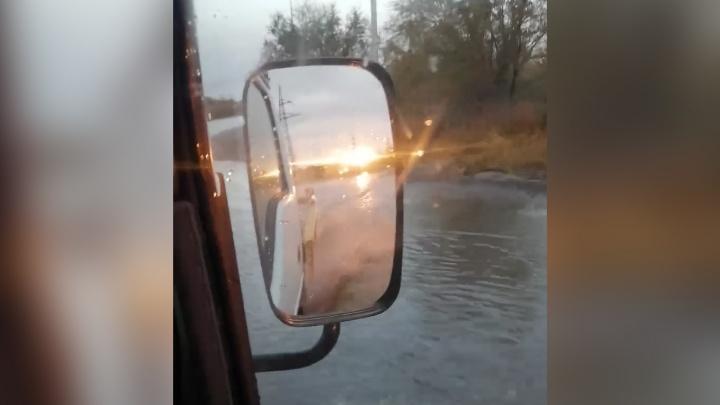 «Эта речка разливается всегда»: после дождя на севере Волгограда «захлебнулась» дорога