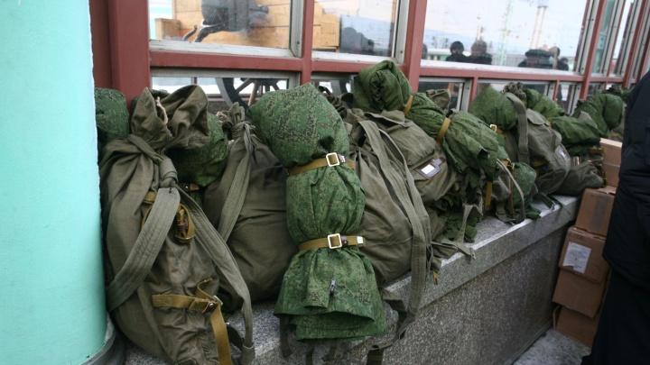 Новобранцев отправили: пять десятков призывников посадили в поезд на вокзале Новосибирска