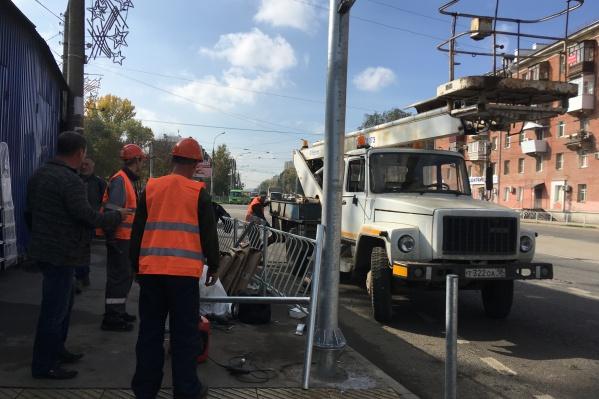 Процесс установки светофоров и их опор еще не завершился