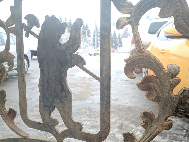 Заборы с гербами Ярославля очень быстро облупились и заржавели