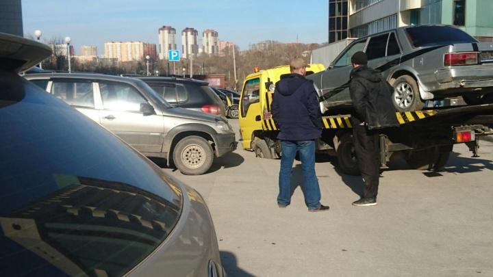 Эвакуатор с автомобилем увяз в провалившемся асфальте в центре Новосибирска