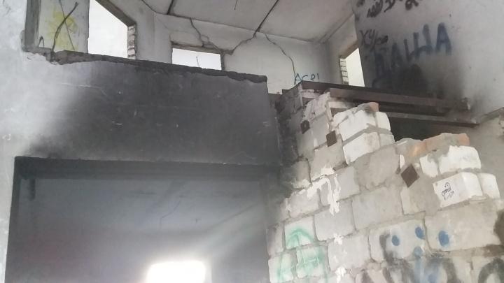 «Типичный подростковый тусич»: в Волгограде загорелся заброшенный дом