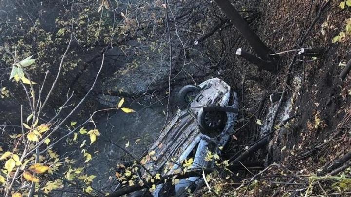 В Башкирии машина такси улетела с обрыва, спасательную операцию сняли на видео