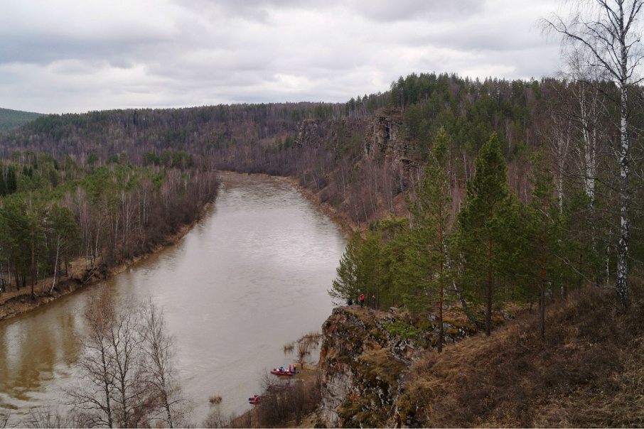 Скалы будто обнимают реку Юрюзань