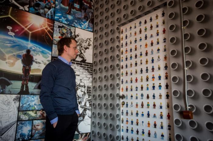 Дмитрий Фёдоров на фоне стен с обоями из коллекции Hobby