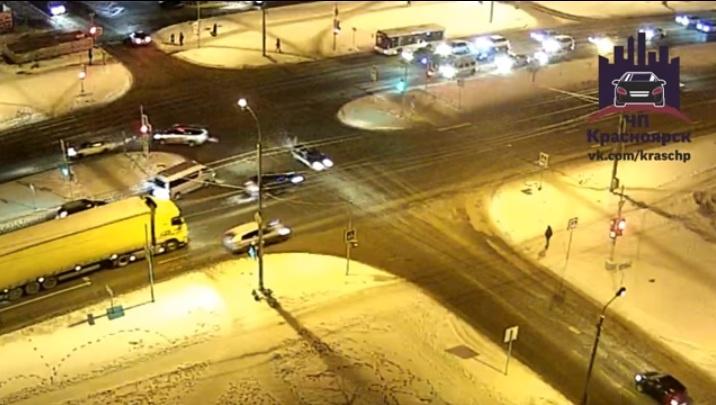 На 9 Мая «Жигули» развернуло и выбросило на тротуар с пешеходами: водитель сбежал