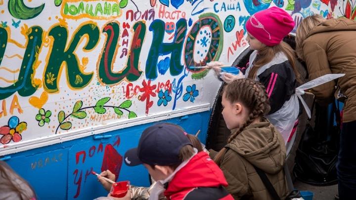 Пятьсот детей раскрасили омские троллейбусы