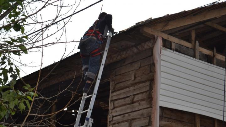 В Уфе рабочие застряли на крыше, им потребовалась помощь спасателей