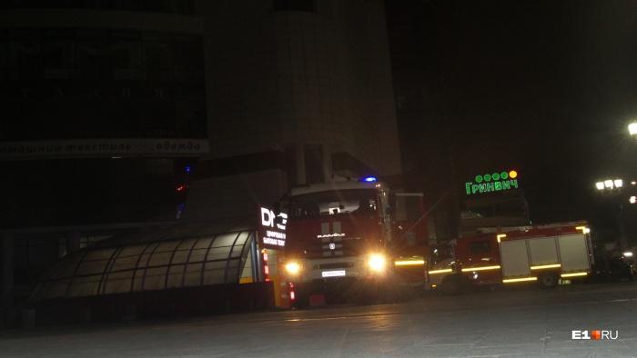 Пожарным пришлось заезжать на дорогу, предназначенную для пешеходов