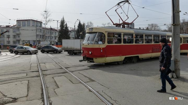 На Уралмаше закроют движение трамваев и троллейбусов из-за ремонта рельсов