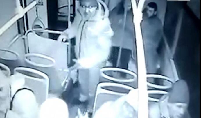 Полицейские задержали пассажира, избившего кондуктора автобуса в Екатеринбурге