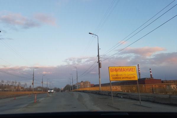 Сейчас проезд по мосту частично ограничен, это уже создает неудобства