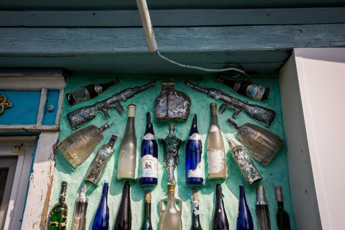 В стенах замурованы бутылки самых разных форм — от рога до Эйфелевой башни