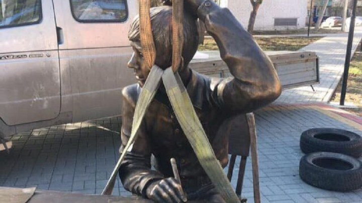 «Брошу всё — и уеду в Урюпинск!»: героям знаменитой байки отлили настоящий памятник